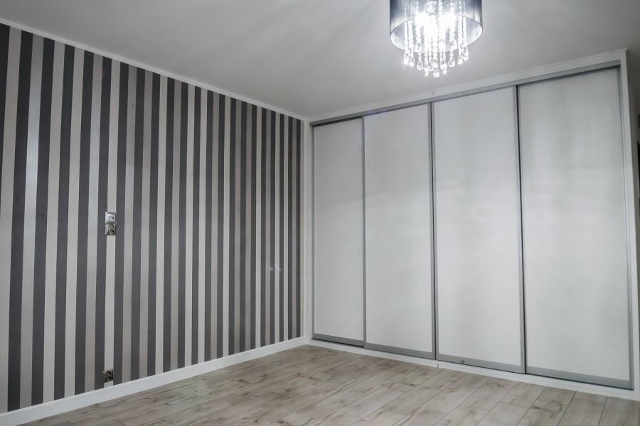 Białystok, terakota drewnopodobna, Tapeta, Białe meble, Zabudowa szafy