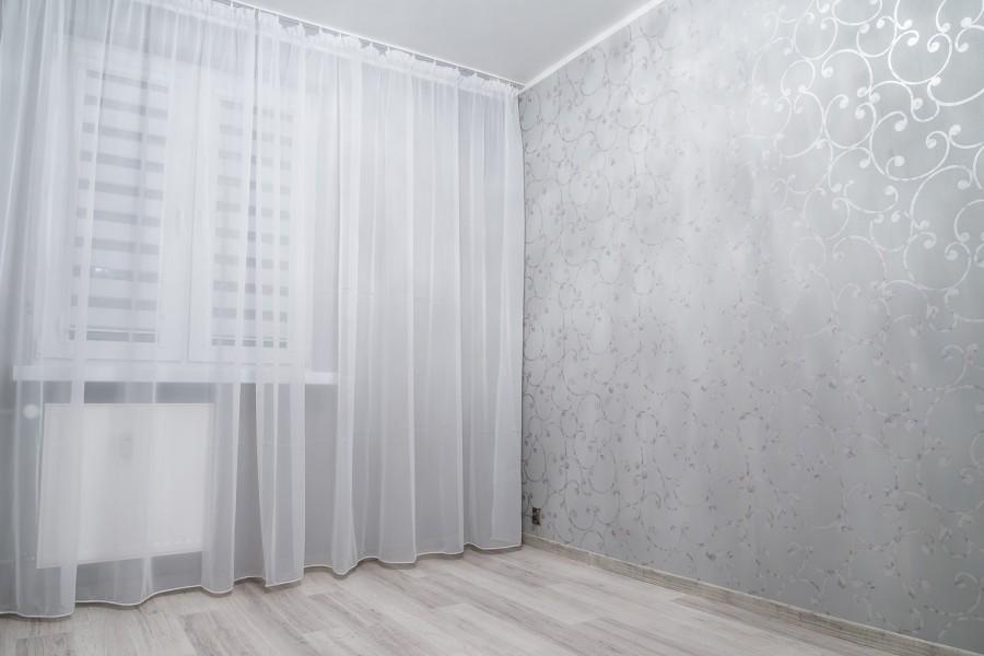 Białystok, Malowanie ścian, Sypialnia, Białe firanki, Panele podłogowe,